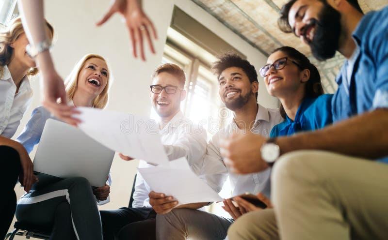 Start commercieel team op vergadering in moderne heldere bureau binnenlandse brainstorming, die aan computer werken stock foto