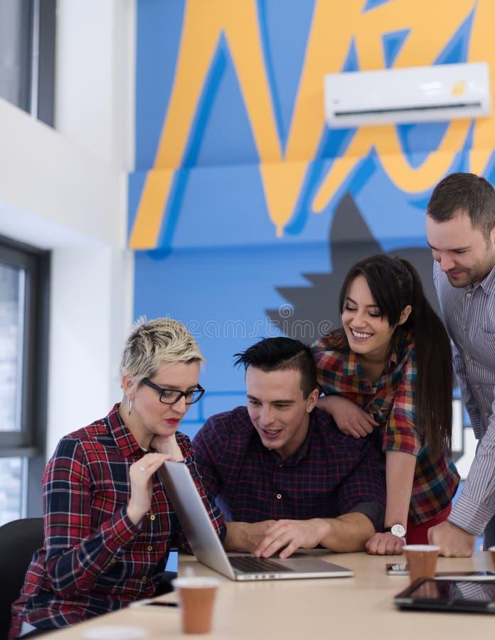 Start commercieel team op vergadering op modern kantoor stock foto