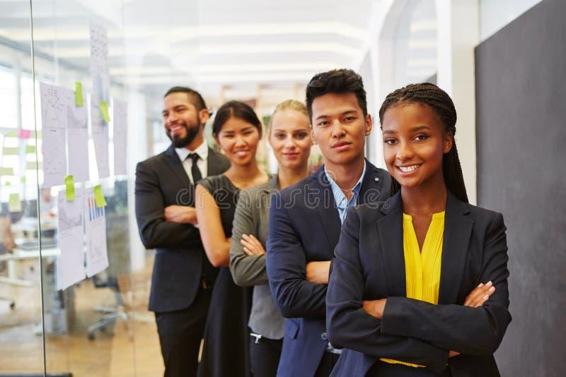 Start commercieel team tussen verschillende rassen stock afbeeldingen