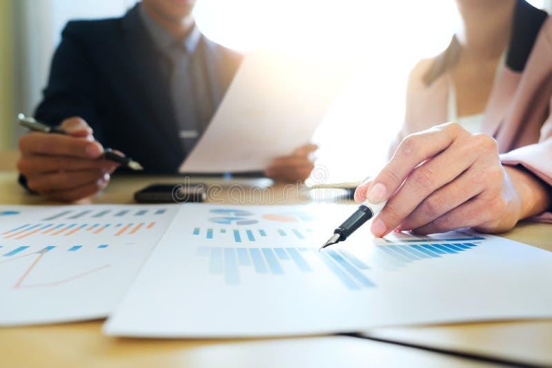 Start de bedrijfsgroepswerkvergadering analyseert marketing gegevens stock foto's