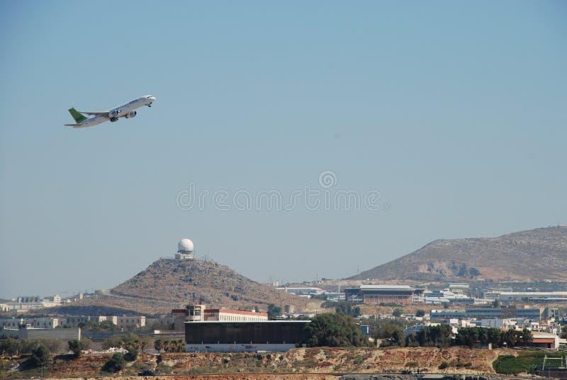 Start des Flugzeugs vom Erholungsortflughafen in der Stadt von Iraklio in Kreta lizenzfreie stockfotografie