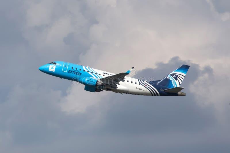 Start för Egyptair uttrycklig flygbolagflygplan på den budapest flygplatsen Ungern royaltyfria foton