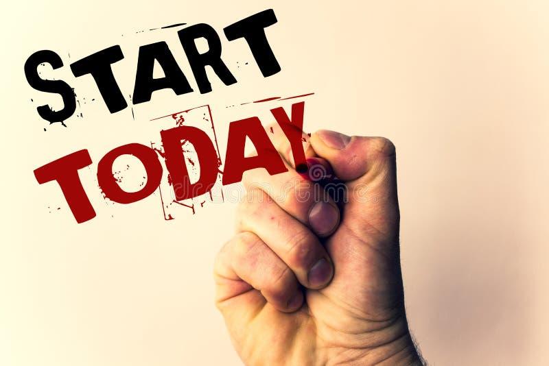 Start för handskrifttexthandstil i dag Begreppsbetydelsepåbörjandet börjar just nu den inspirerande Motivational phraseMan hållan arkivbild