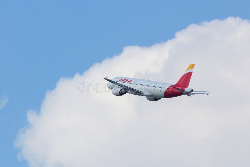 Start för Iberia flygbolagflygplan på den budapest flygplatsen Ungern arkivbild