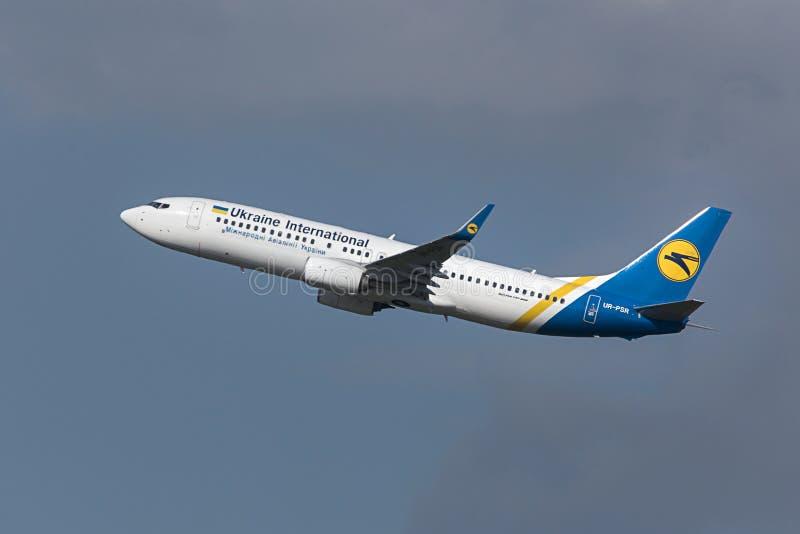 Start för Ukraina internationell flygbolagflygplan på den budapest flygplatsen Ungern arkivfoton