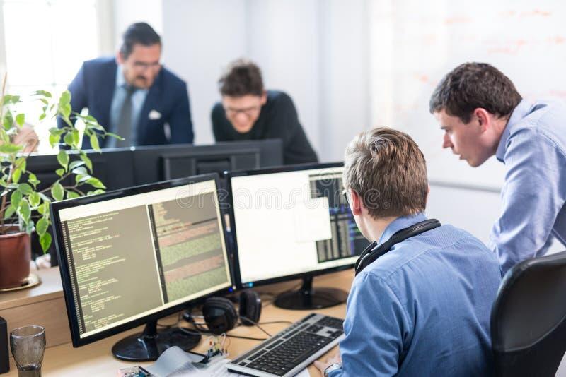 Start het bedrijfsprobleem oplossen Softwareontwikkelaars die aan bureaucomputer werken stock foto