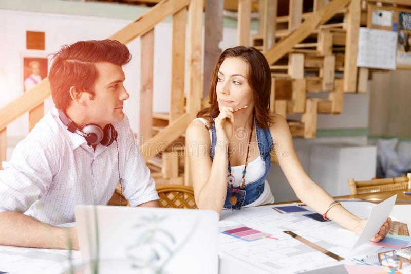 Start-up lag av två ungdomar royaltyfria bilder