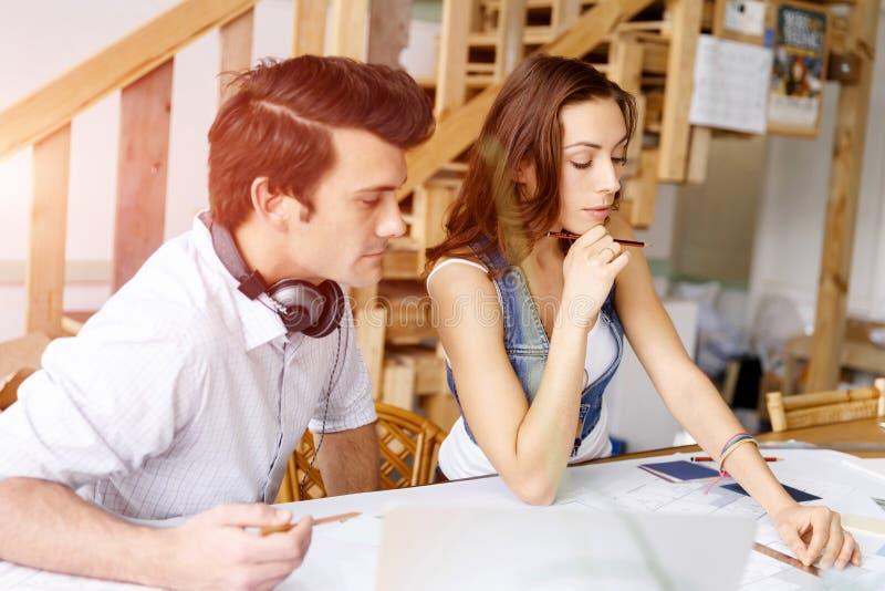 Start-up lag av två ungdomar royaltyfri bild