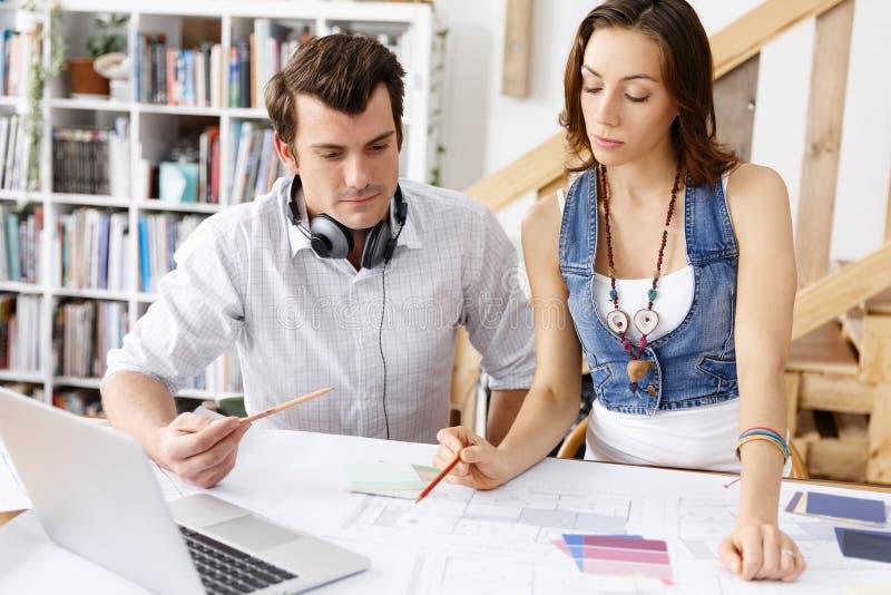 Start-up lag av två ungdomar arkivbilder