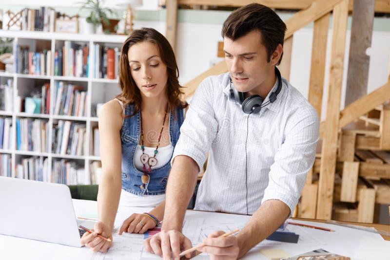 Start-up lag av två ungdomar royaltyfri foto