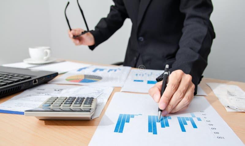 Start zaken de mensen werken vergaderingspunt om de grafiek van economie op en neer te bespreken en op papier te werken stock foto
