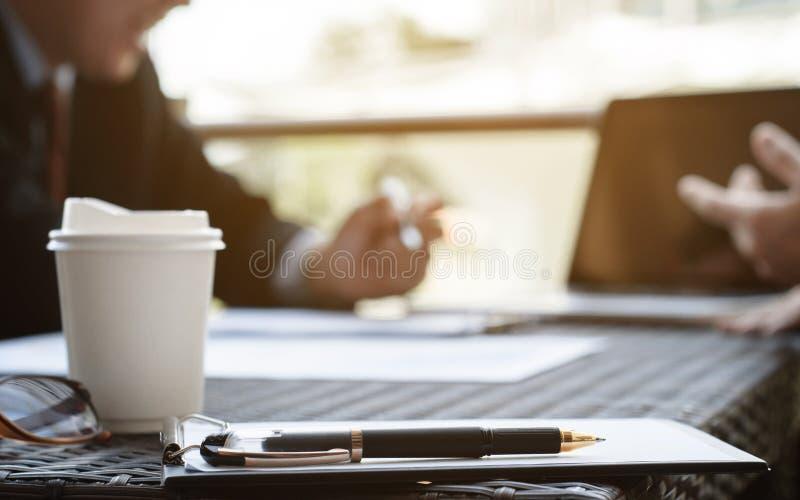 Start zaken Groep jonge uitvoerende stichter op koffie of modern kantoor stock foto's