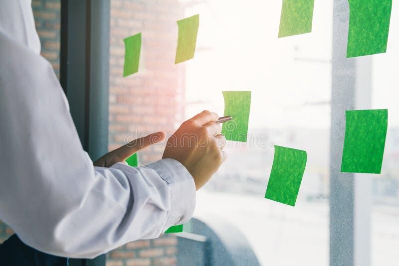 Start zaken het punt van de het werkvergadering van het mensenteam om de grafiek van economie op en neer te bespreken stock foto