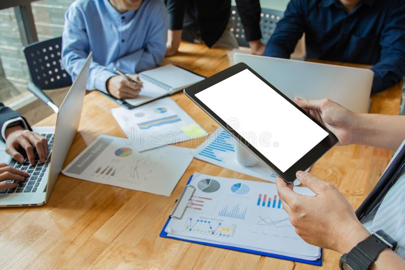 Start zaken het punt van de het werkvergadering van het mensenteam om de grafiek van economie op en neer te bespreken en aan tabl royalty-vrije stock fotografie