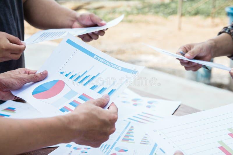 Start zaken het punt van de het werkvergadering van het mensenteam om de grafiek van economie op en neer te bespreken royalty-vrije stock afbeeldingen
