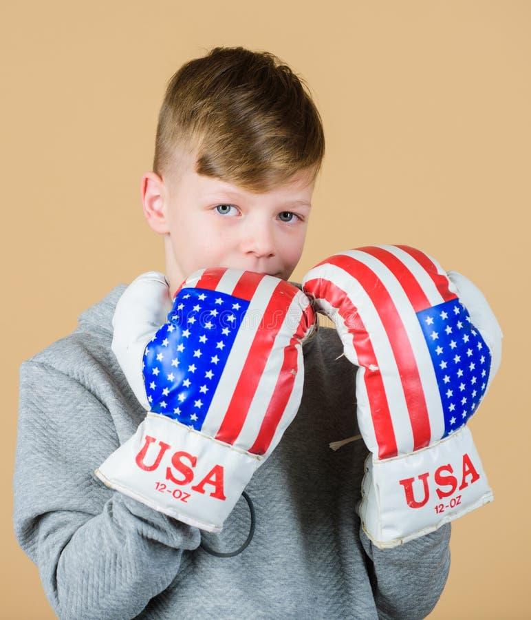Starta att boxas karriär Handskar för boxning för pojkeidrottsmankläder med USA sjunker Amerikanskt boxarebegrepp Sportig idrotts royaltyfri fotografi