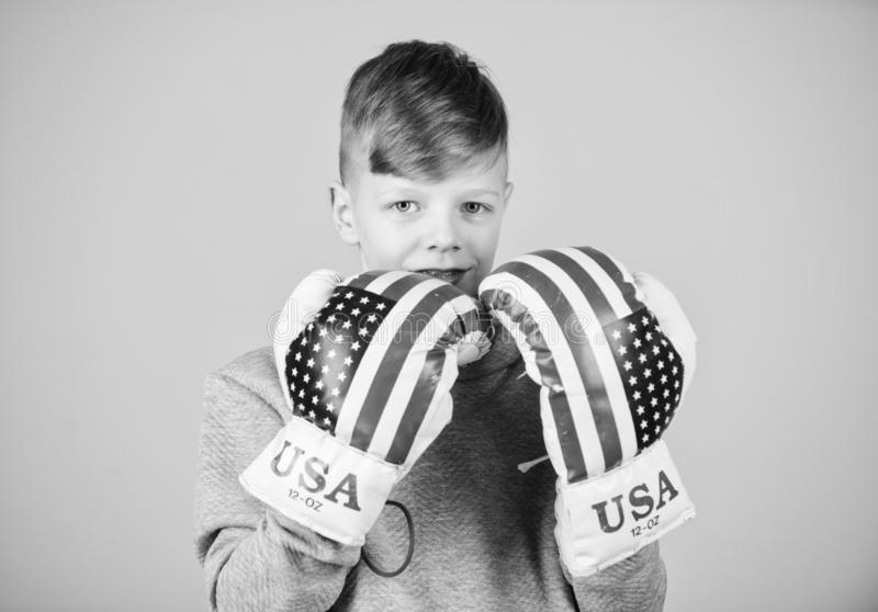 Starta att boxas karri?r Amerikanskt boxarebegrepp Sportig idrottsman nen f?r barn som ?va boxas expertis Boxningsport towards fotografering för bildbyråer