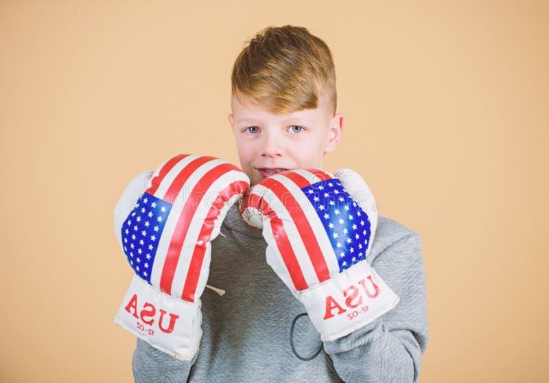 Starta att boxas karri?r Amerikanskt boxarebegrepp Sportig idrottsman nen f?r barn som ?va boxas expertis Boxningsport towards royaltyfri bild