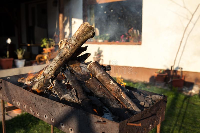 Starta brandträ för grillfest royaltyfria foton