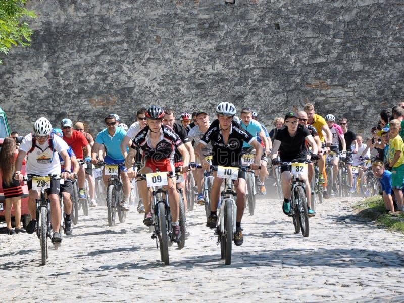 Starta den amatörmässiga cyklisten nära den gamla slotten royaltyfri foto