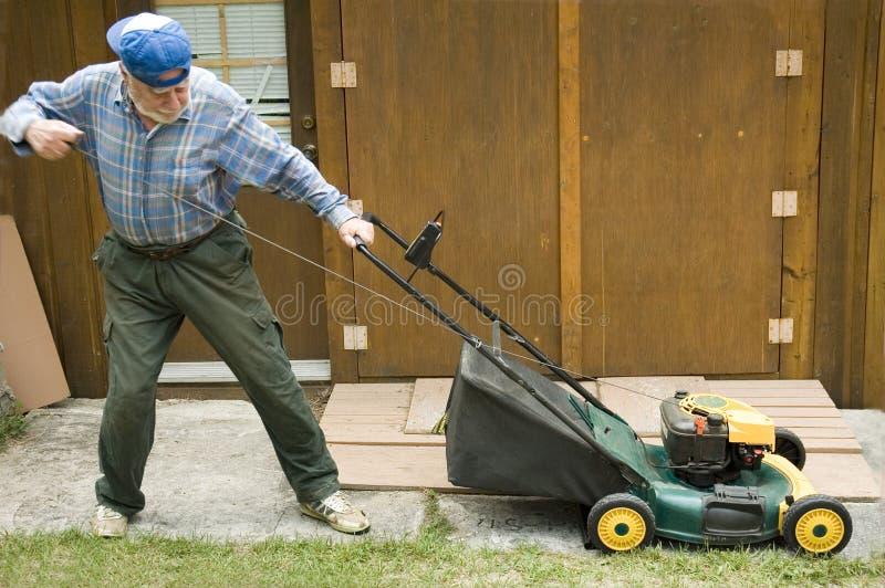 starta för lawngräsklippningsmaskin royaltyfria bilder