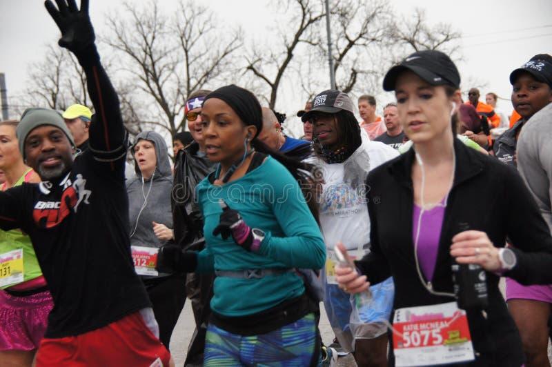 Starta för maratonlöpare som är starkt royaltyfri foto
