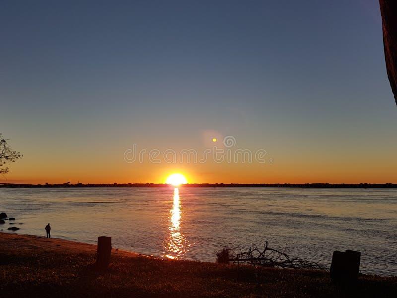 Starta solnedgången på floden arkivbild
