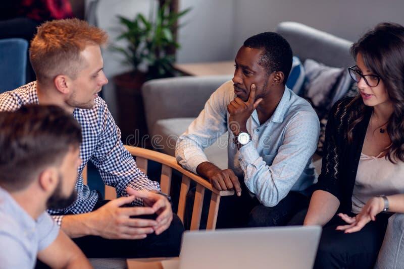 Starta upp den Team Of Freelancers In The kontorsplanläggningen royaltyfri bild