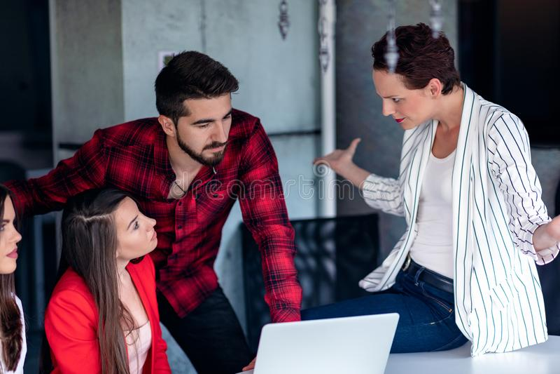 Starta upp den Team Of Freelancers In The kontorsplanläggningen arkivbild