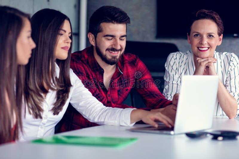 Starta upp den Team Of Freelancers In The kontorsplanläggningen royaltyfri fotografi