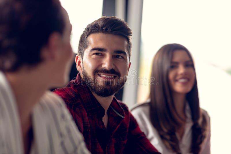 Starta upp den Team Of Freelancers In The kontorsplanläggningen royaltyfria foton
