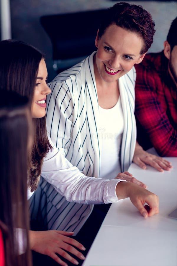 Starta upp den Team Of Freelancers In The kontorsplanläggningen arkivfoto