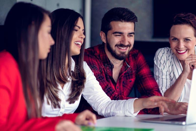Starta upp den Team Of Freelancers In The kontorsplanläggningen arkivbilder