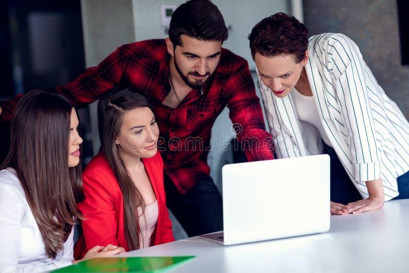 Starta upp den Team Of Freelancers In The kontorsplanläggningen fotografering för bildbyråer