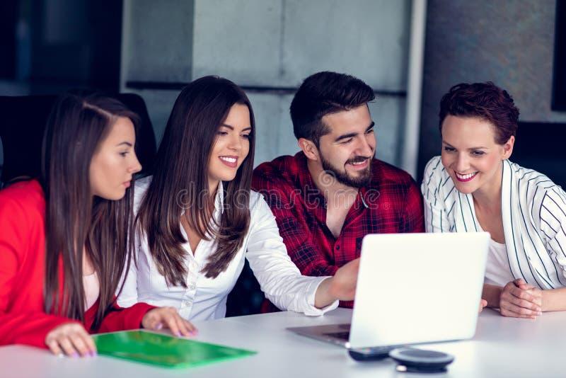 Starta upp den Team Of Freelancers In The kontorsplanläggningen arkivfoton