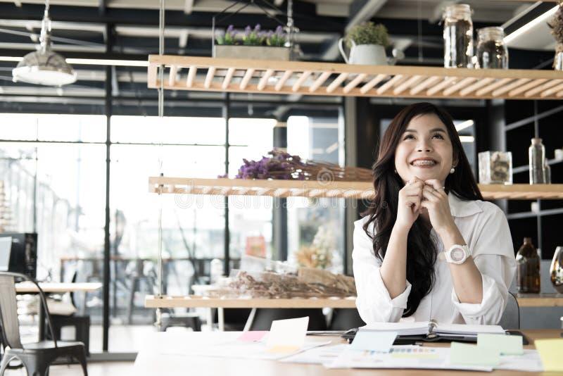 Starta upp kvinnan mening lyckligt på kontoret frilans- kvinnlig entrepr arkivbild