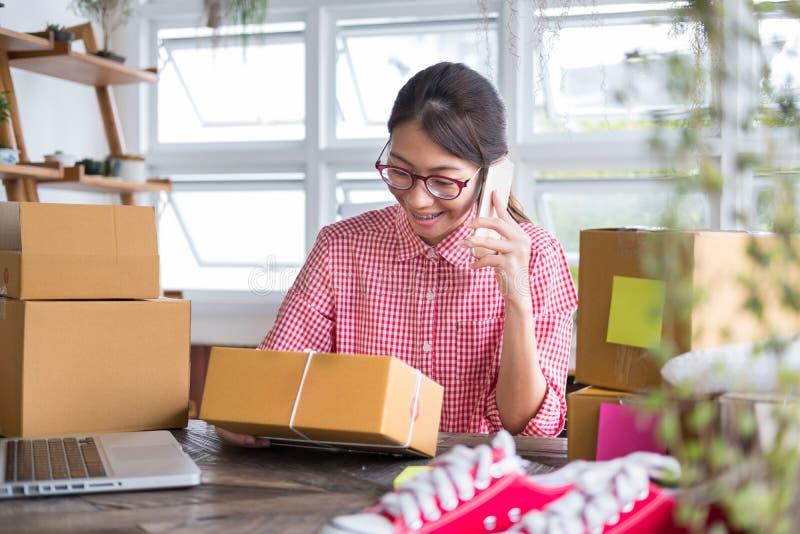 Starta upp små och medelstora företagägaren samtal med kunden med custume royaltyfri foto