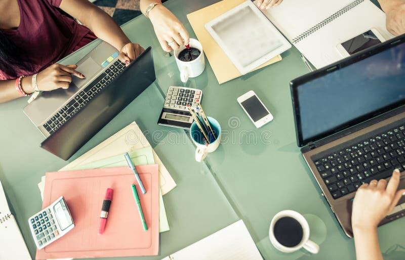 Starta upp tabellen i ett kontor lag på planläggningen och att förbereda sig för arbete arkivfoto