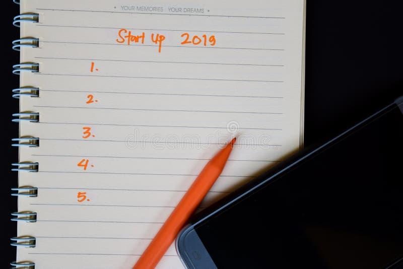 Starta upp text 2019 på anteckningsboken och färgblyertspennan arkivfoton