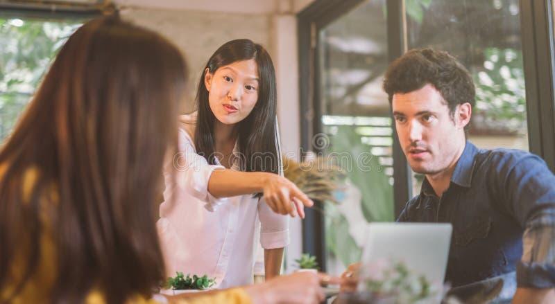 Startaffärsgrupp som arbetar på det moderna kontoret affärsfolk som diskuterar idéer i kontorsteamworken royaltyfri foto