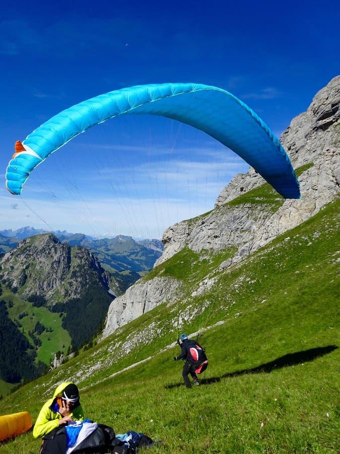 Startande flyg för Paraglider med blåa himlar royaltyfri bild