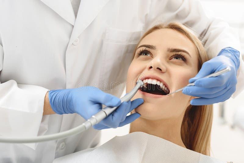 Startande gemensam operation för tandläkare av den kvinnliga munnen för lokalvård royaltyfria foton