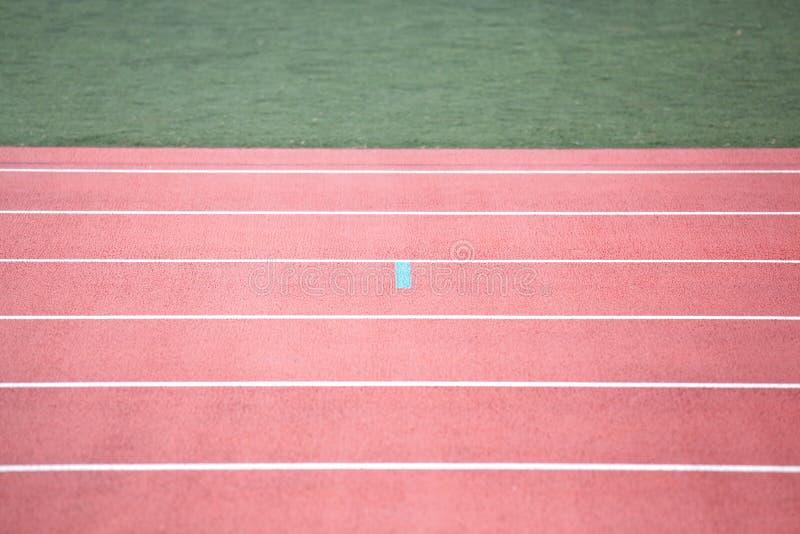 Startande raster av loppspåret på stadion fotografering för bildbyråer