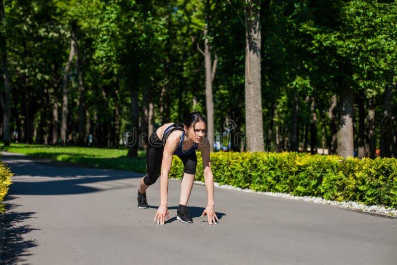 Startande spring för Sportive flicka i parkera arkivfoton