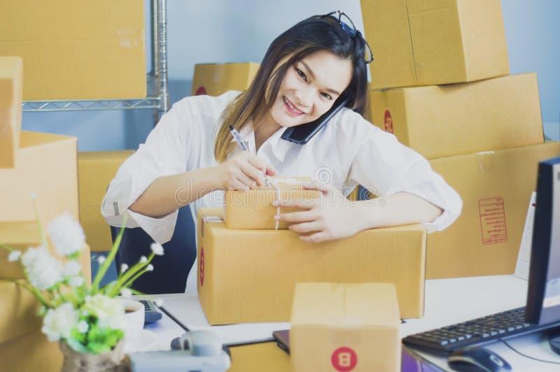 Startarbete p? arbetsplatsf?retags?garen f?rbereder sig att leverera packat in i papp f?r att leverera kunder, begrepp av online- royaltyfria foton