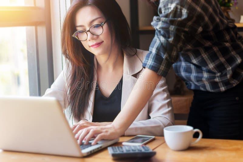 Startbedrijfconcept Aziatische bedrijfsmensen die in bureau samenkomen stock afbeeldingen