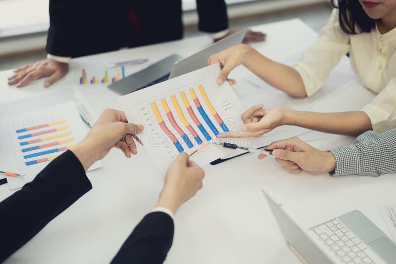 Startder gruppengeschäftsleute Sitzung, junges kreatives Mitarbeiterteam, das neues Planprojekt im Büro bearbeitet und bespricht, stockfoto