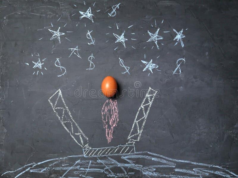 Starten en succes Nieuwe zaken, aspiraties, en investeringsconcept Eieren die tot succes leiden stock fotografie