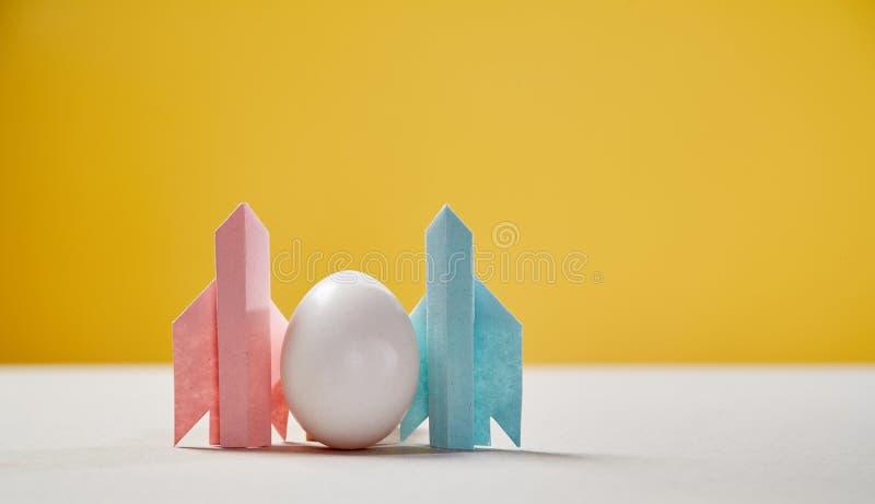 Starten en succes Nieuwe zaken, aspiraties, en investeringsconcept Eieren op de vleugels van raketten stock foto's