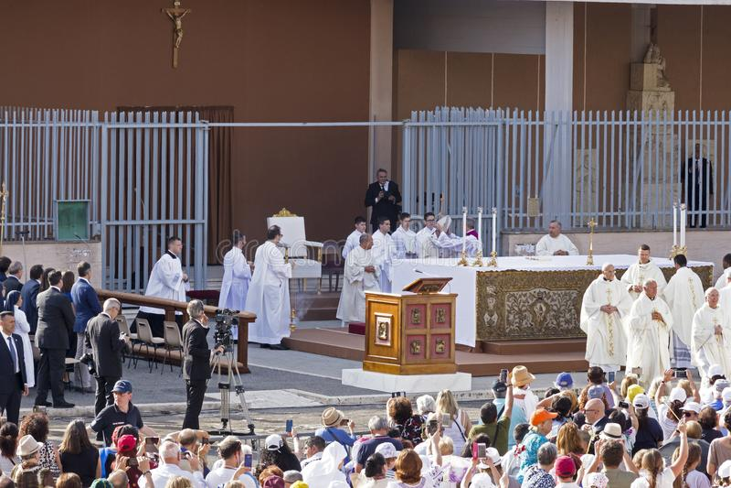 Starten för påven Francesco Bergoglio firar den corpusDomini massen på Sant Monica Square i Rome royaltyfria foton